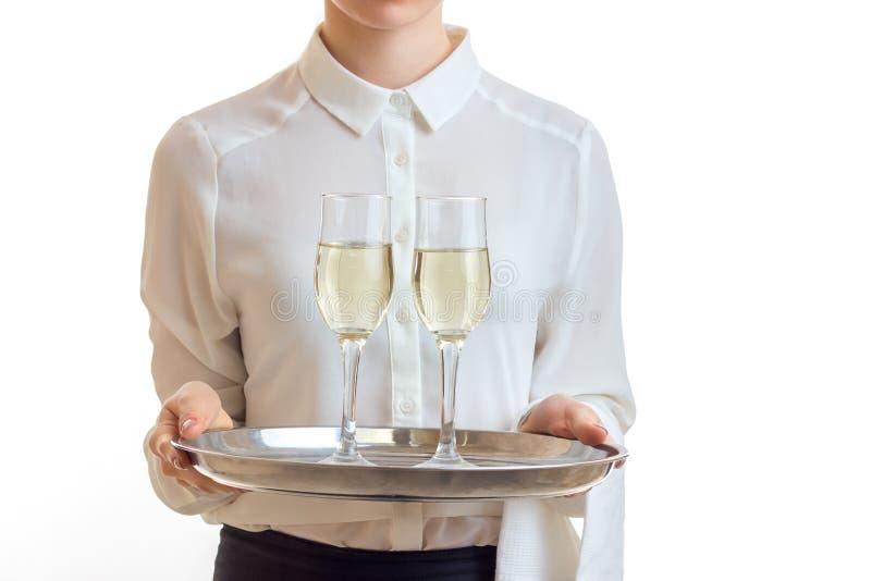 一位女服务员的特写镜头画象戴酒盘子和眼镜的  免版税库存照片