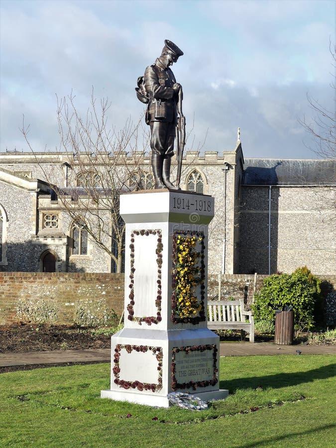 一位孤立战士的雕象柱基的在老阿默舍姆的,白金汉郡,英国纪念庭院里 库存图片