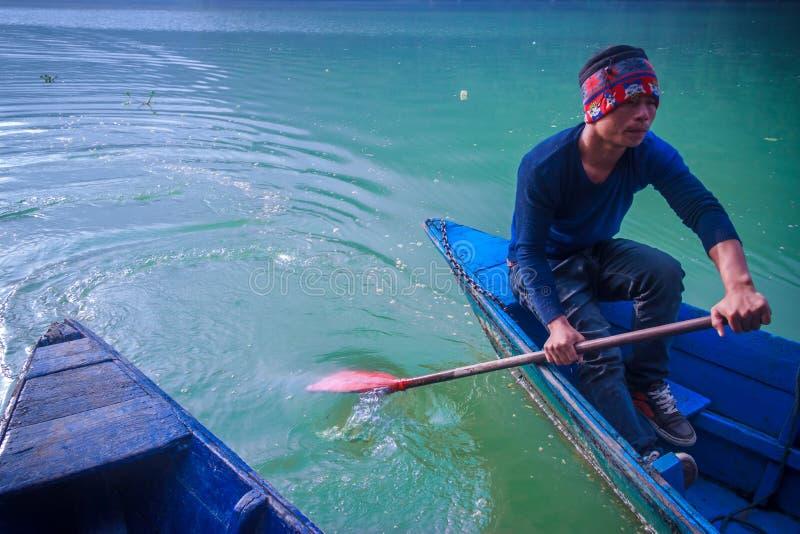 一位小船水手在Phewa湖,博克拉 库存图片