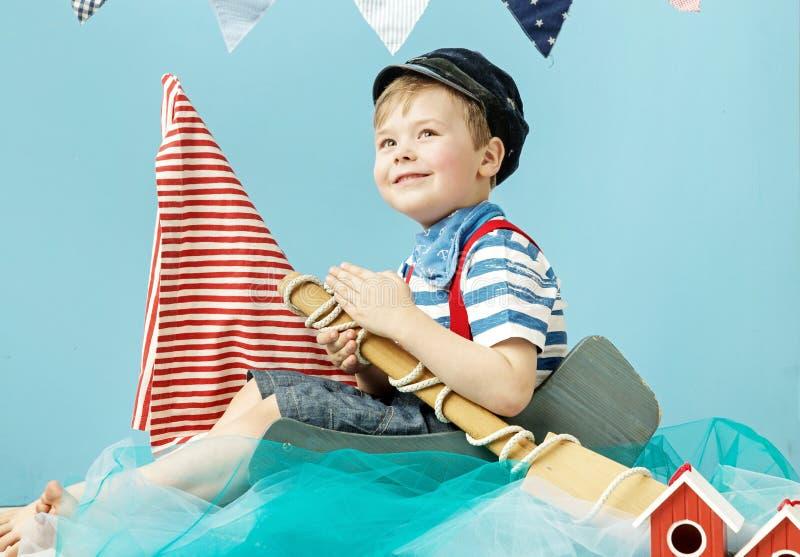 一位小逗人喜爱的水手的画象 免版税库存图片