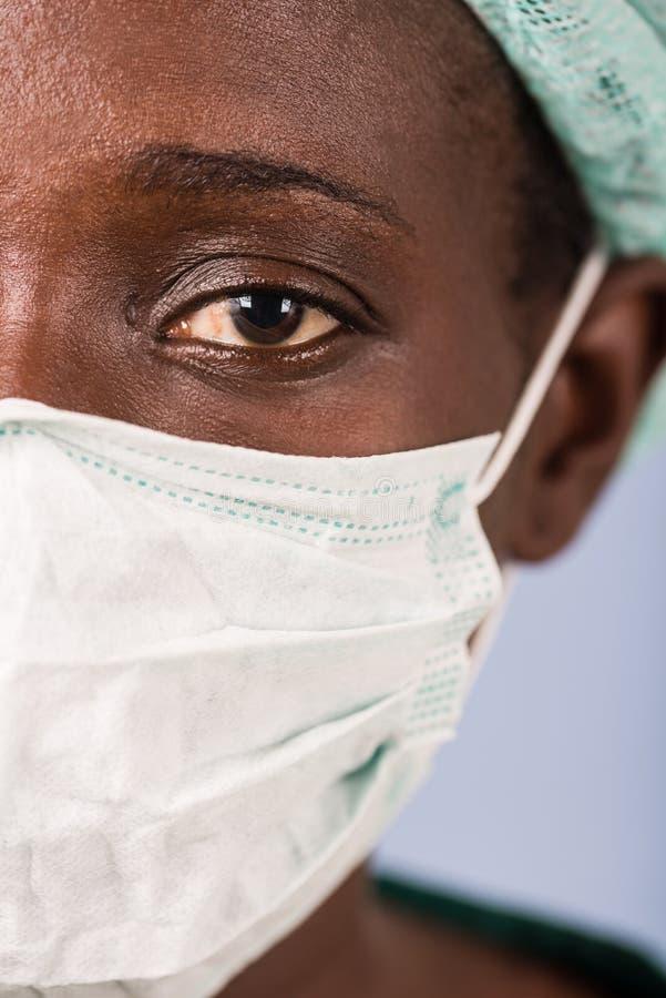 一位年轻女性医生的面孔的特写镜头 免版税图库摄影