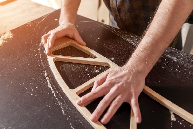 一位年轻男性木匠建造者 库存照片