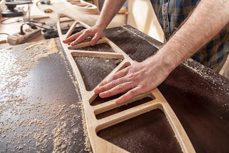 一位年轻男性木匠建造者 图库摄影