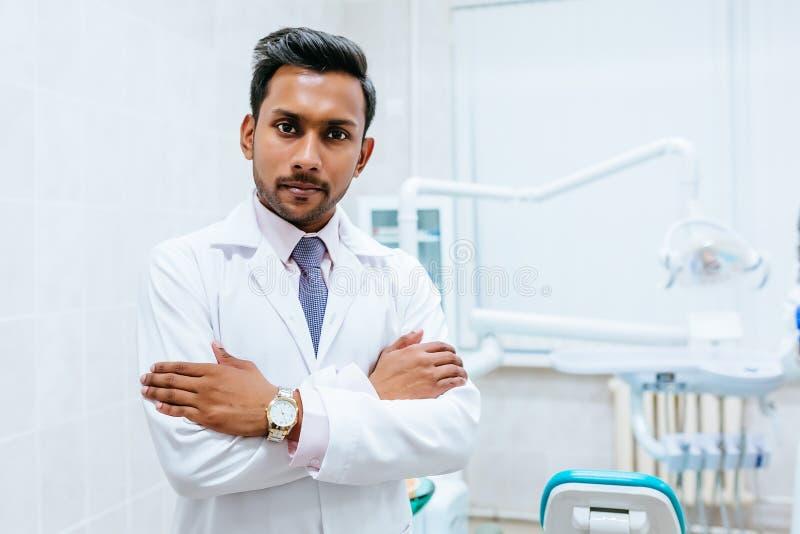一位年轻确信的亚裔男性牙医的画象诊所的 牙齿诊所概念 库存照片