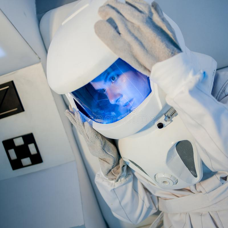 一位年轻美丽的妇女宇航员的画象,特写镜头 免版税图库摄影