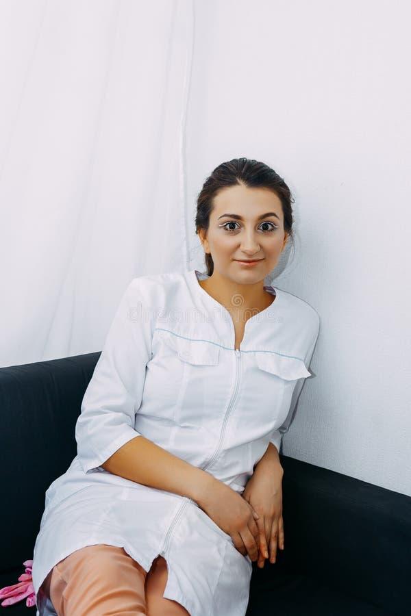 一位年轻美丽的护士的画象 图库摄影