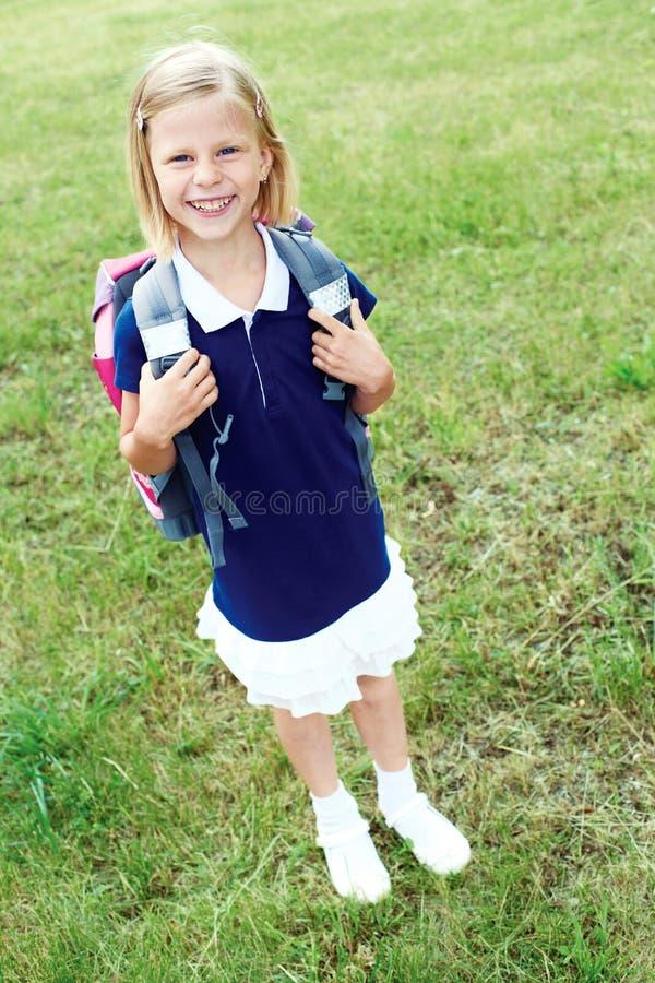 Download 一位微笑的女小学生的画象一件蓝色学校礼服的 库存图片. 图片 包括有 教育, 当代, 室外, 女孩, 敬慕 - 72363071