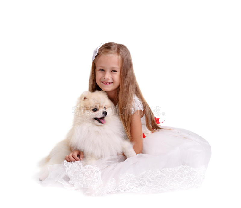 一位微笑的小姐坐在白色背景隔绝的地面 尾随女孩 家庭宠物概念 免版税库存照片