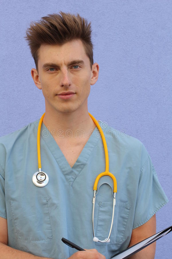一位微笑的英俊的医生的画象 免版税库存照片