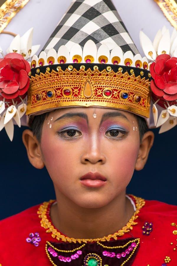 一位未认出的巴厘语年轻艺术家的画象准备好Galungan庆祝在Ubud,巴厘岛 免版税图库摄影