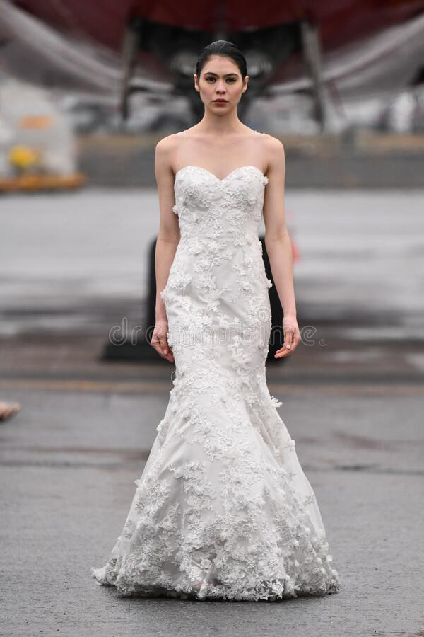 一位模特在RAP的跑道上行走:Jessica Minh Anh的冬季时装秀 免版税库存照片