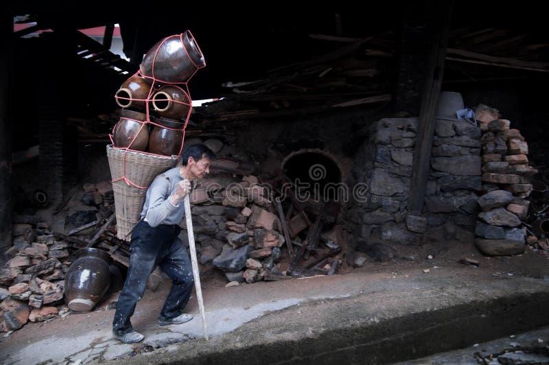 一位热忱的中国陶瓷工 免版税库存照片