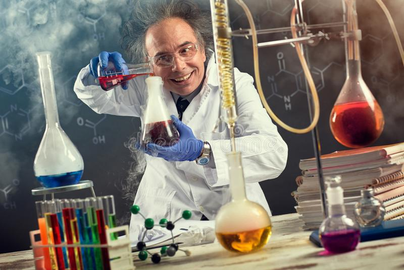 一位疯狂的科学家执行的实验 免版税库存照片