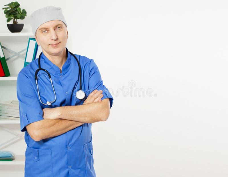 一位确信的成熟医生Looking At在医疗办公室背景的Camera Isolated的画象 库存照片