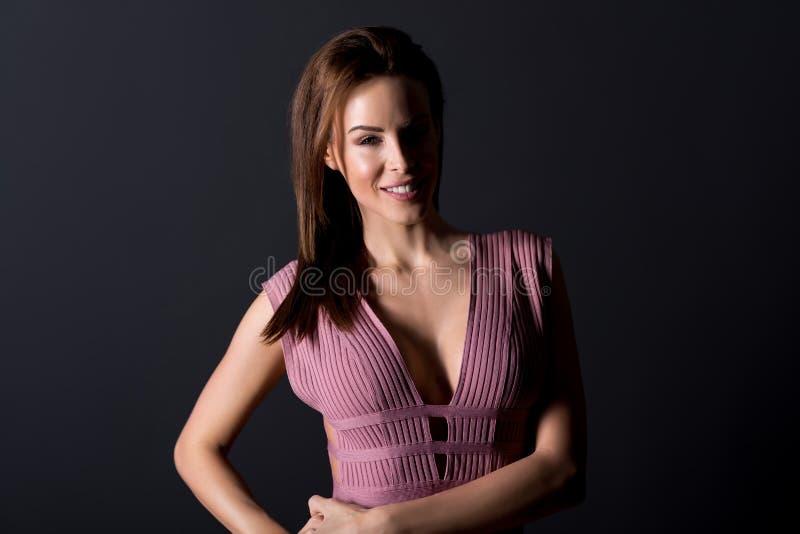 一位穿着优雅裙子的漂亮女人的画像 免版税图库摄影