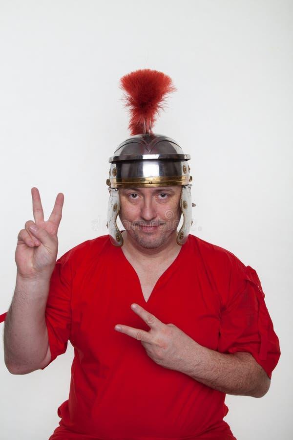 一位罗马战士显示和平标志 库存图片