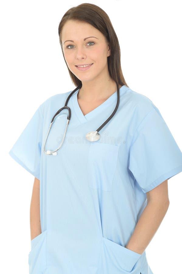 一位美丽的专业愉快的年轻女性医生Looking Confident的画象和放松 免版税库存图片