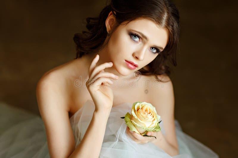 一位美丽的优美的女孩芭蕾舞女演员的画象一件通风礼服的 免版税库存照片