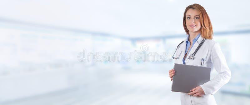 一位美丽的妇女医生的画象有片剂的在蓝色pharm 免版税库存图片
