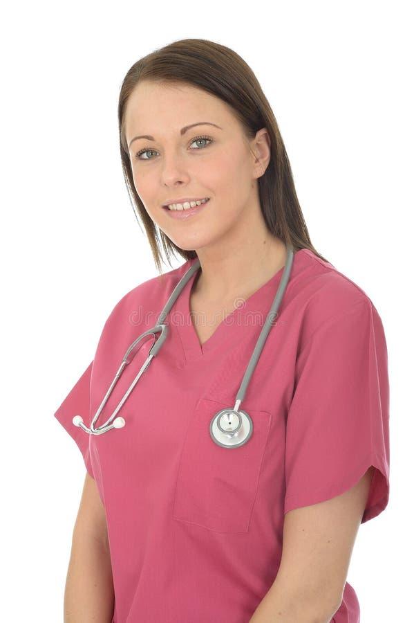 一位美丽的年轻女性医生的画象有听诊器的在脖子上 免版税图库摄影