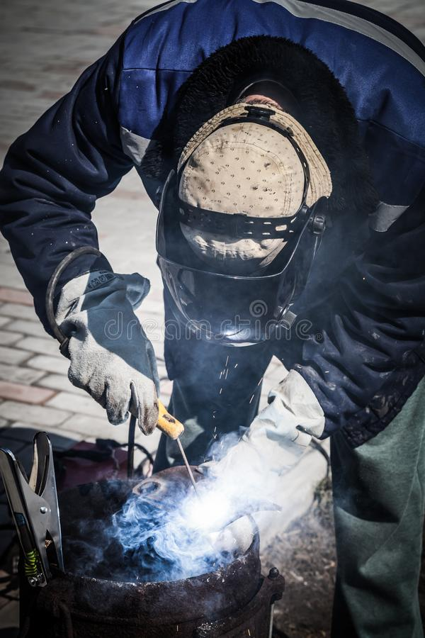 一位老练的焊工在工作 生铁熔炉的准备和焊接过程 选择焦点 E 图库摄影