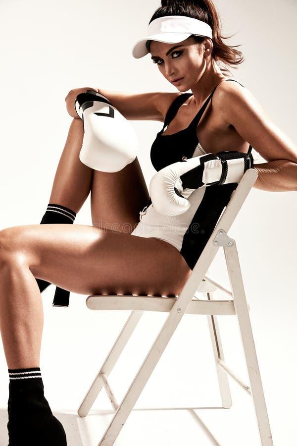 一位肉欲的女性拳击手的画象训练断裂的 库存照片