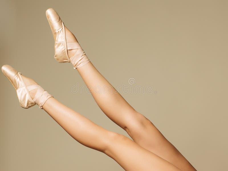 一位舞蹈家的特写镜头画象跳舞在Pointe的芭蕾舞鞋的 免版税库存照片