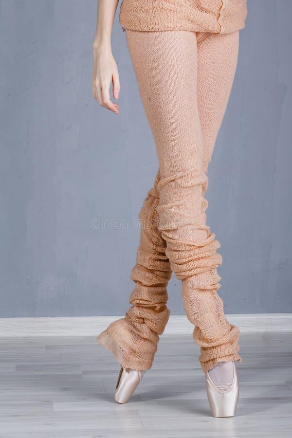 一位芭蕾舞女演员的苗条腿pointe的 免版税库存照片