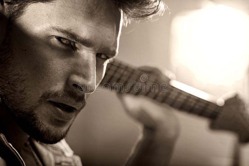 一位英俊的音乐家的特写镜头画象 库存照片