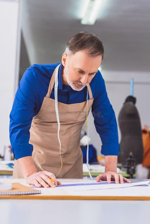 一位补鞋匠的画象在工作 库存照片