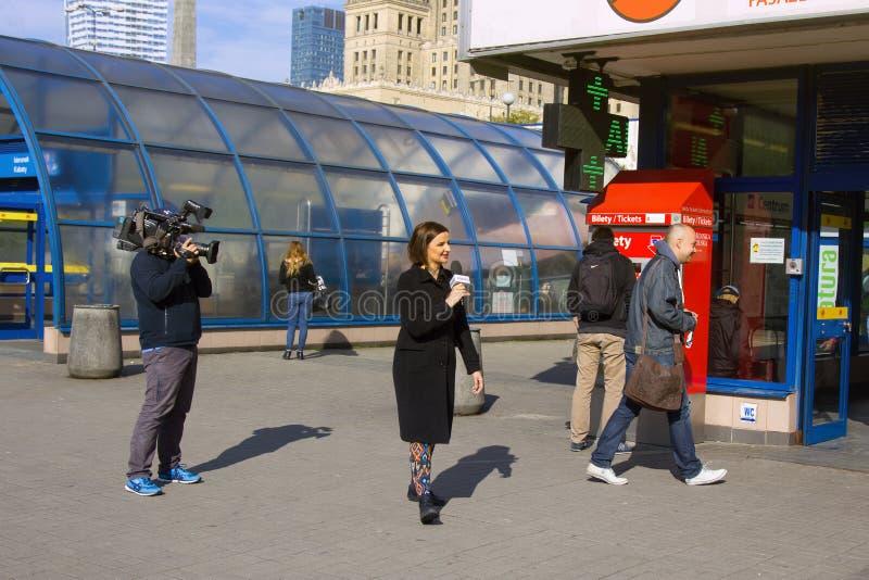 一位记者的工作在街道上的 照相机电视的采访人 图库摄影