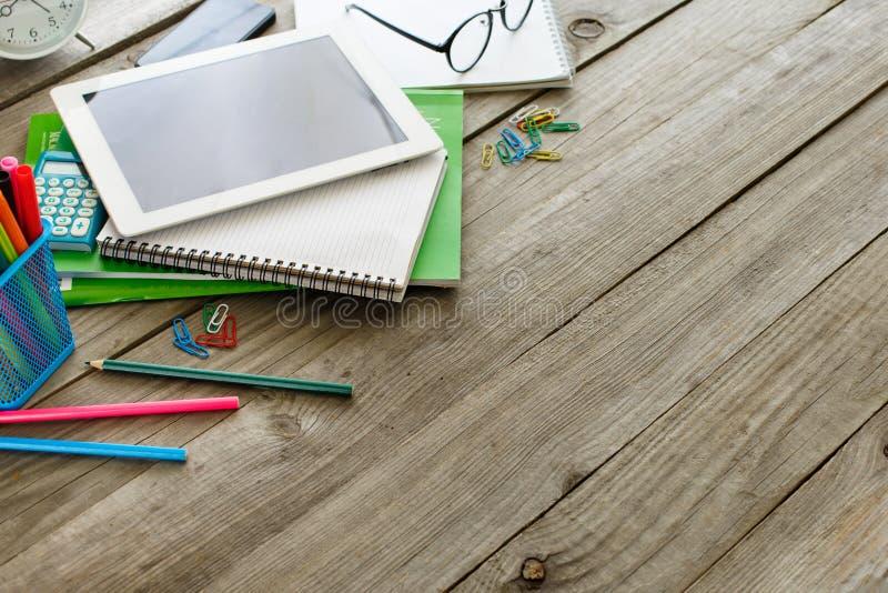 一位设计师的书桌有片剂和文具项目的 库存图片