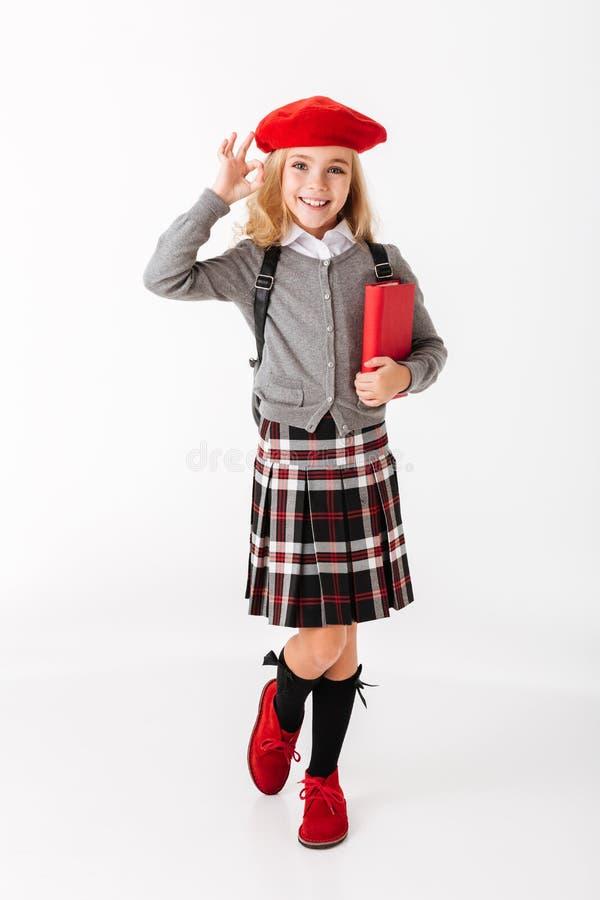 一位逗人喜爱的矮小的女小学生的全长画象 免版税库存照片