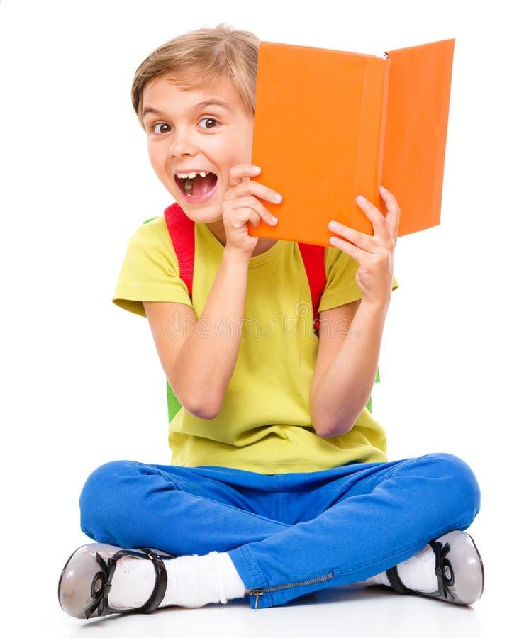 一位逗人喜爱的矮小的女小学生的画象有背包的 库存图片