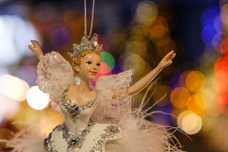 一位飞行芭蕾舞女演员有好的bokeh背景 免版税库存图片