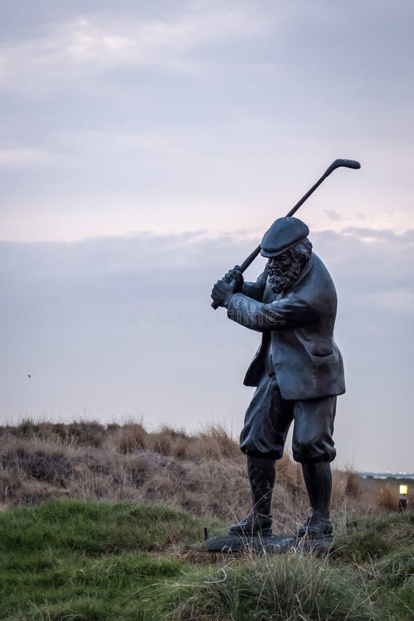 一位高尔夫球运动员的雕象有俱乐部的在Yas高尔夫球场 免版税库存照片