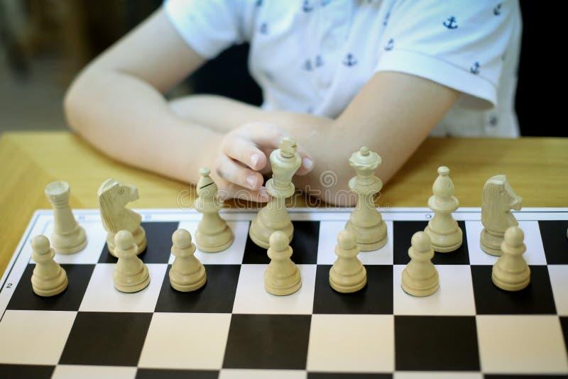 一位12岁棋大师的手 免版税库存图片