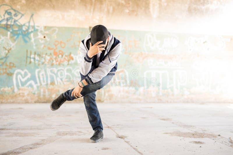 一位年轻男性都市舞蹈家的画象 图库摄影