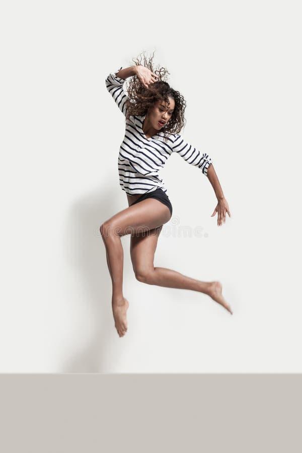 一位年轻巴西舞蹈家的表现 库存照片