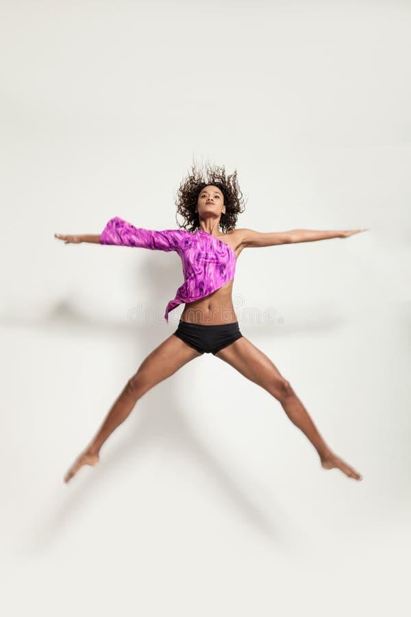 一位年轻巴西舞蹈家的表现 免版税库存照片