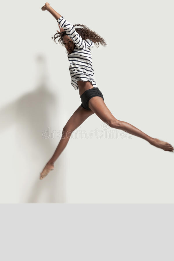 一位年轻巴西舞蹈家的表现 免版税库存图片