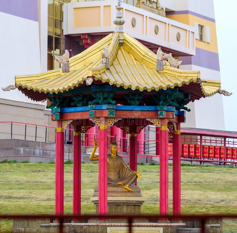 一佛教雕象的老师在寺庙大厦外面 最大在俄罗斯和欧洲佛教寺庙在埃利斯塔 免版税库存图片