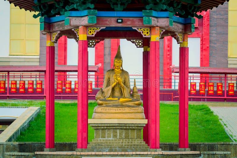 一佛教雕象的老师在寺庙大厦外面 最大在俄罗斯和欧洲佛教寺庙在埃利斯塔 免版税库存照片