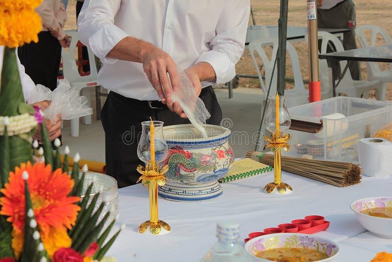 一作为Takayaki的日本盘 在泰国崇拜基础仪式的第一柱子设施的准备 免版税库存照片