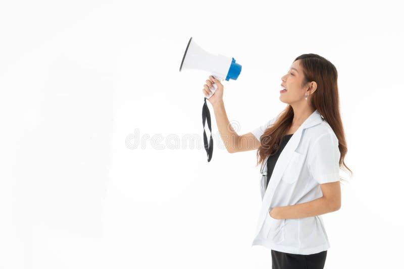一兴高采烈妇女医生佩带有一sthethoscope的红色耳机在她的脖子 免版税库存图片