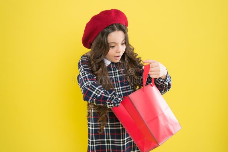 一分钟惊奇 寻找在黄色背景的女孩惊奇礼物 小儿童藏品购物带来 免版税库存照片