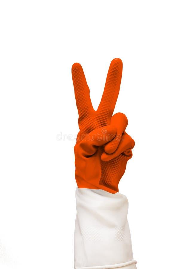 一切是凉快的标志由橙色医疗手套做成 折叠两个手指 在白色背景的孤立 清洁是 免版税库存图片