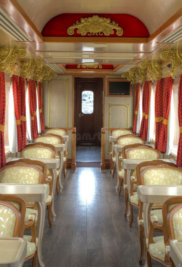 一列旅游火车的无盖货车的内部 免版税库存照片