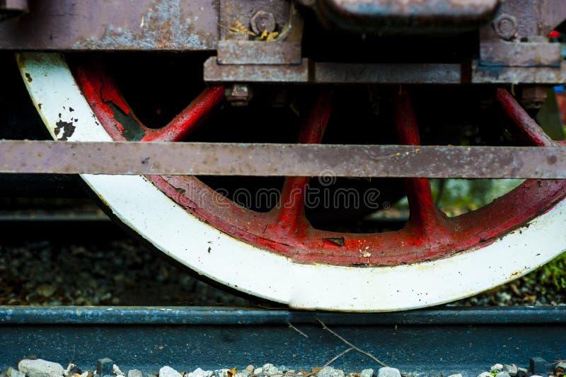 一列老历史的火车的轮子在路轨的 免版税库存图片