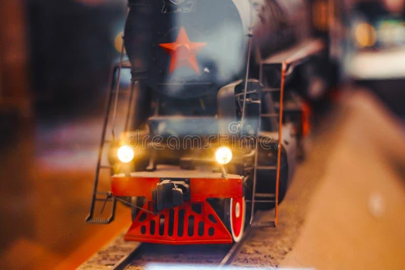 一列老玩具火车的模型夫妇的 库存图片